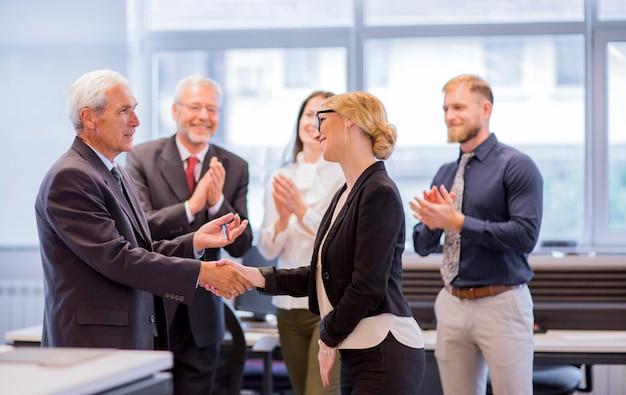 Mensen uit het bedrijfsleven handen schudden na succesvolle onderhandelingen op kantoor Gratis Foto