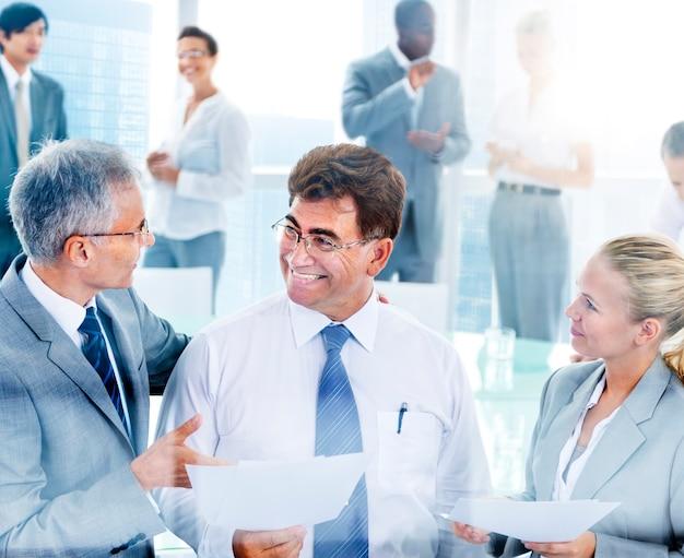 Mensen uit het bedrijfsleven in een discussie Gratis Foto