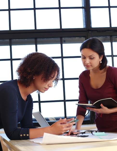 Mensen uit het bedrijfsleven in een vergadering Gratis Foto