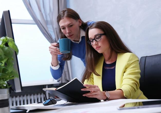 Mensen uit het bedrijfsleven in het kantoor Gratis Foto