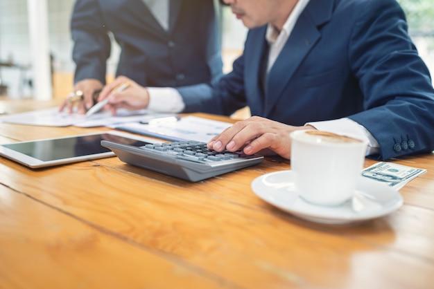 Mensen uit het bedrijfsleven in kantoor verbonden startbedrijf. Premium Foto