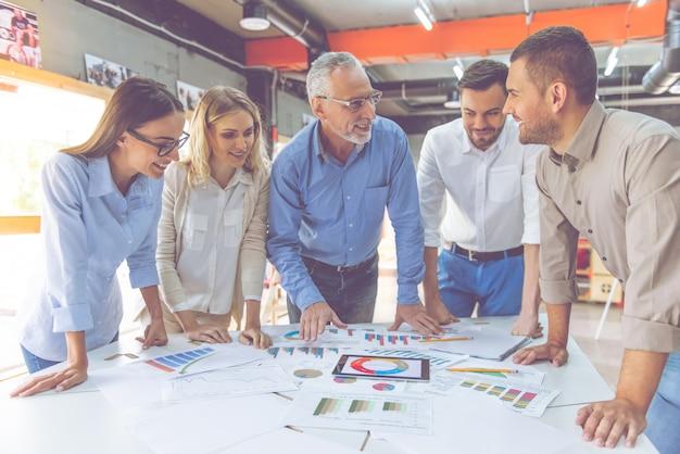 Mensen uit het bedrijfsleven in klassieke shirts bestuderen documenten. Premium Foto
