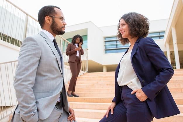 Mensen uit het bedrijfsleven kijken naar elkaar Gratis Foto