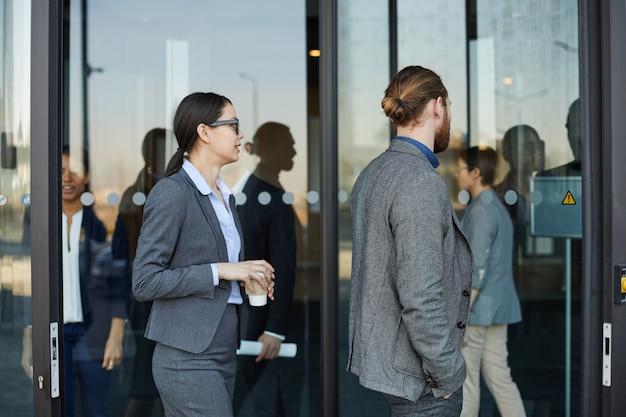 Mensen uit het bedrijfsleven komen in het congrescentrum Premium Foto