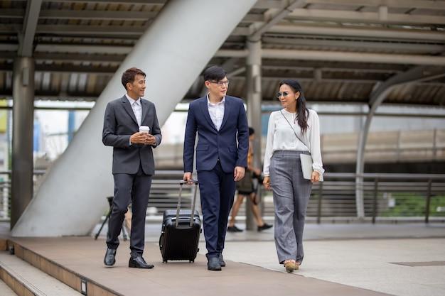Mensen uit het bedrijfsleven lopen buiten Premium Foto