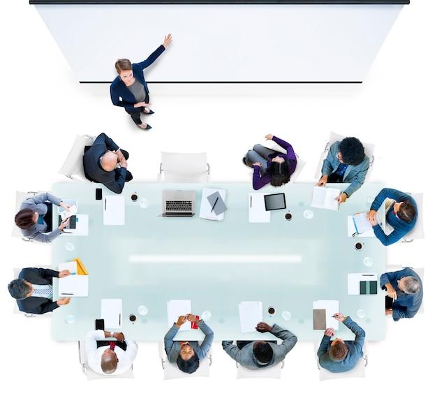 Mensen uit het bedrijfsleven met een bijeenkomst op kantoor Gratis Foto