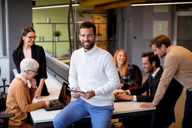 Mensen uit het bedrijfsleven op kantoor Premium Foto