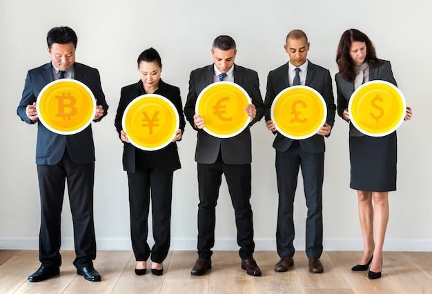 Mensen uit het bedrijfsleven permanent en houden van valutapictogrammen Premium Foto