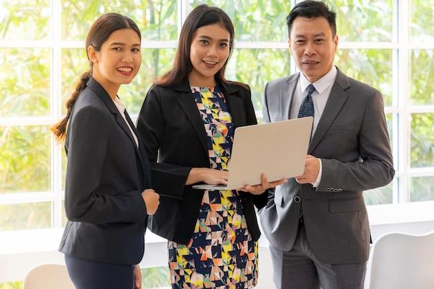 Mensen uit het bedrijfsleven praten in café winsow Premium Foto
