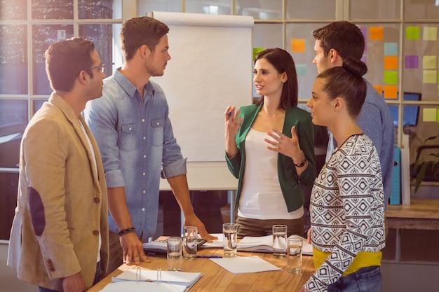 Mensen uit het bedrijfsleven tijdens een vergadering Premium Foto