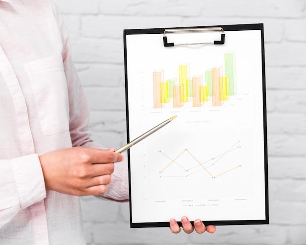 Mensen uit het bedrijfsleven tonen grafieken en statistieken Gratis Foto