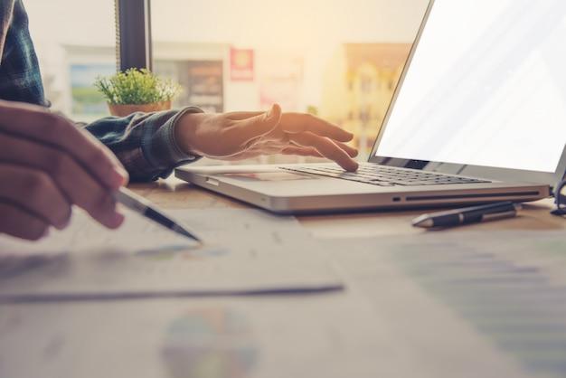Mensen uit het bedrijfsleven werken aan accounts in bedrijfsanalyse met grafieken en documentatie. Premium Foto