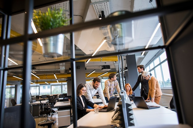 Mensen uit het bedrijfsleven werken in het moderne kantoor Premium Foto