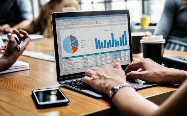 Mensen uit het bedrijfsleven werken op een laptop in een vergadering Gratis Foto