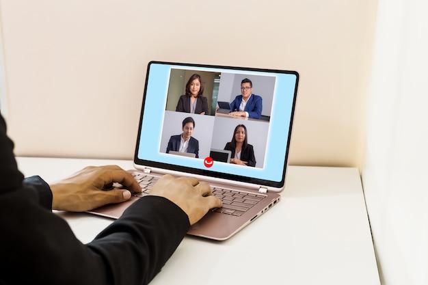 Mensen uit het bedrijfsleven werken vanuit huis met online groepsvideoconferentie op laptop. Premium Foto