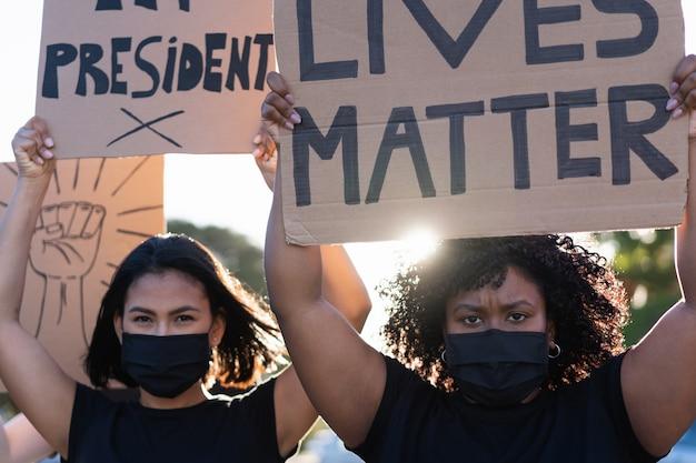 Mensen uit verschillende culturen en rassen protesteren op straat voor gelijke rechten Premium Foto