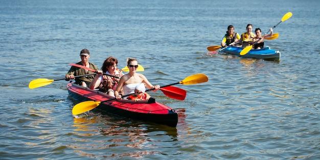 Mensen van alle leeftijden in een kajak. vakantie met het gezin. Premium Foto