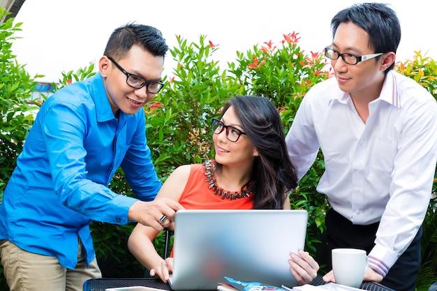 Mensen van aziatische creatieve of reclamebureau Premium Foto