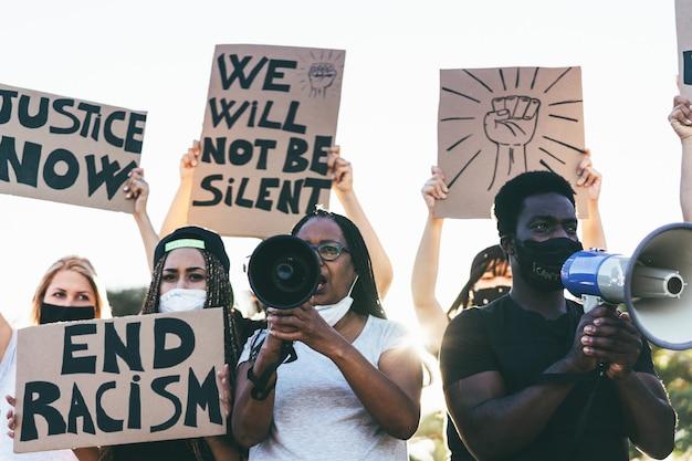 Mensen van verschillende leeftijden en rassen protesteren op straat voor gelijke rechten Premium Foto