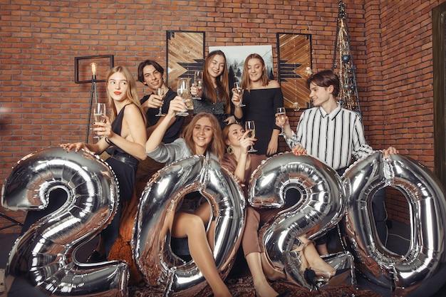 Mensen vieren een nieuw jaar met grote impulsen Gratis Foto