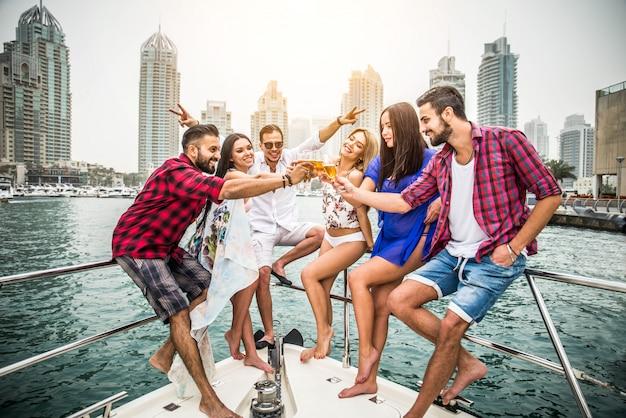 Mensen vieren op een jacht Premium Foto