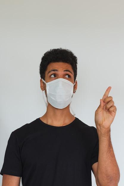 Mensen volwassen zwart dragend coronavirusmasker dat op wit wordt geïsoleerd Premium Foto