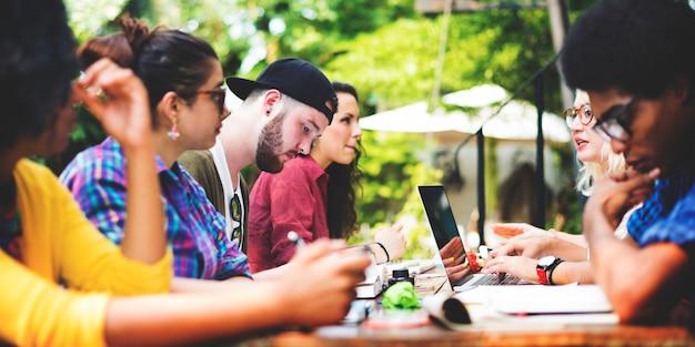 Mensen vrije tijd zitten divers samenhorigheid technologie Premium Foto