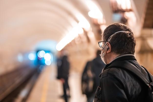 Mensen wachten op een metrostation in kiev. Gratis Foto