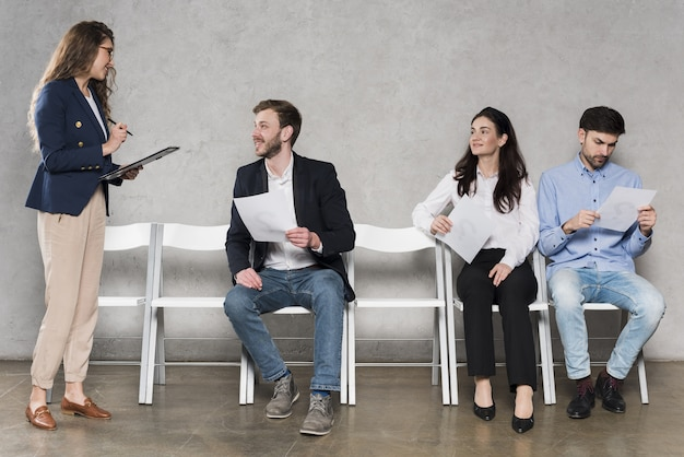 Mensen wachten op hun sollicitatiegesprekken Premium Foto