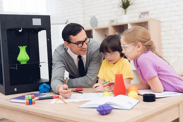 Mensen zijn schoolkinderen en studeren samen in de klas. Premium Foto