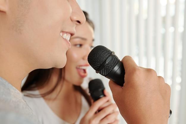 Mensen zingen in microfoons Premium Foto