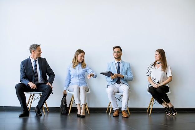 Mensen zitten in de wachtkamer voor een interview Premium Foto