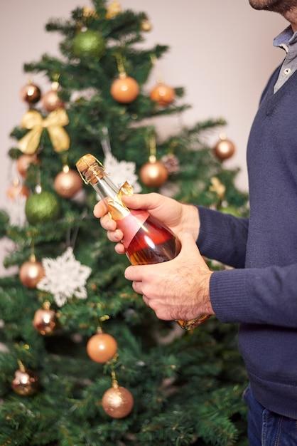 Mensenhanden die champagne houden Premium Foto