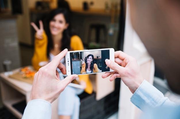 Mensenhanden die foto van glimlachende vrouw nemen Gratis Foto