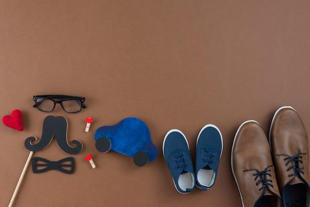 Mensenschoenen met glazen en document snor op lijst Gratis Foto