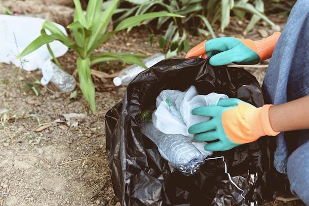 Mensenvrijwilligers helpen de natuur schoon te houden en het afval op te halen Premium Foto