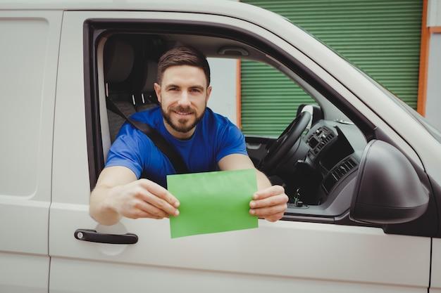 Mensenzitting in zijn bestelwagen terwijl het kijken uit venster Premium Foto