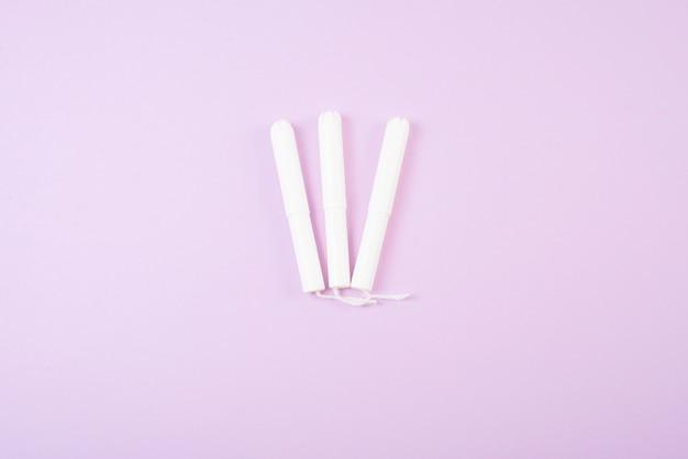 Menstruatie tampons geïsoleerd op roze achtergrond. Premium Foto