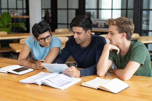 Mentor die studenten van bedrijfsschool opleidt Gratis Foto