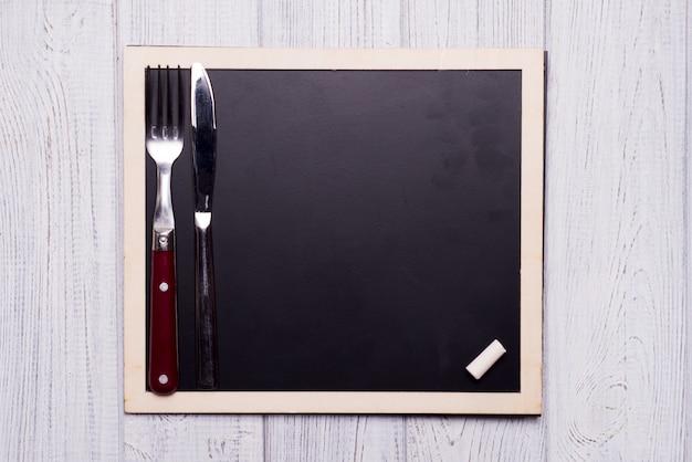 Menu schoolbord met mes en vork Premium Foto