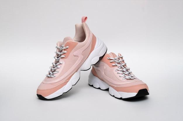 Merkloze moderne sportieve schoenen, tennisschoenen op geïsoleerd wit Premium Foto