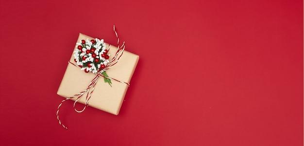 Merry christmas briefkaart banner, decoraties op rood Premium Foto