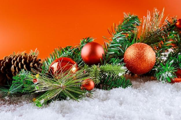 Merry christmas sneeuwversiering op spartak met dennenappel, sneeuwvlokken in kerstballen Premium Foto