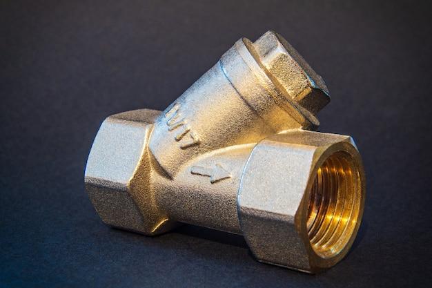 Messing filter voor warm of koud water van dichtbij Premium Foto