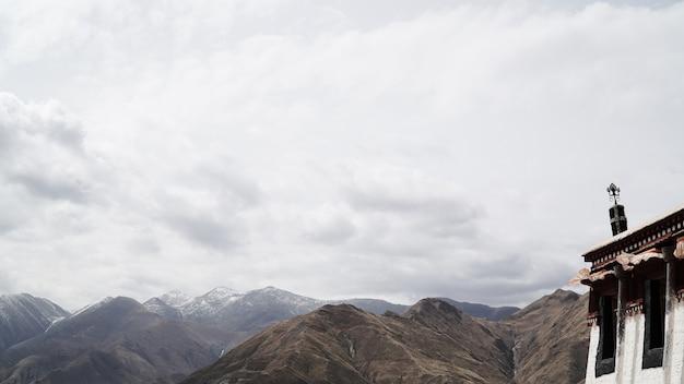Messingsstandbeeld op het dak met hemel Premium Foto