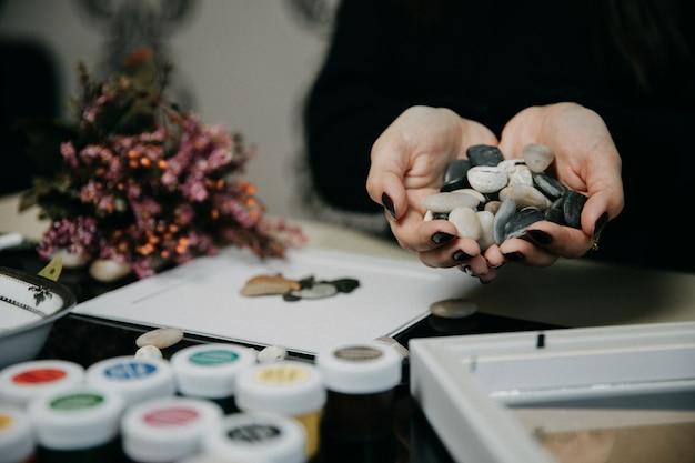 Met behulp van kleine stukjes steen en acryl in het atelier Gratis Foto