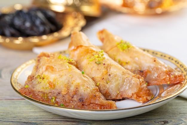 Met de hand gemaakte baklava, traditioneel turks gebak Premium Foto