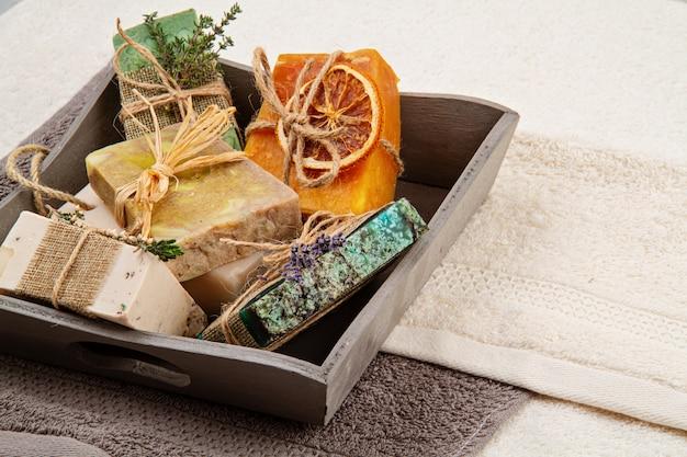 Met de hand gemaakte natuurlijke zeep en droge shampoo, milieuvriendelijke spa, schoonheid skincare concept. Premium Foto
