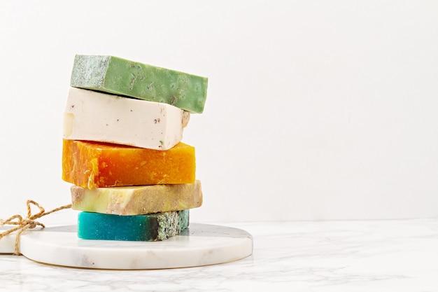 Met de hand gemaakte natuurlijke zeep, milieuvriendelijke spa, schoonheid skincare concept. . zeep- en droogshampoo repen verpakt in plasticvrij Premium Foto