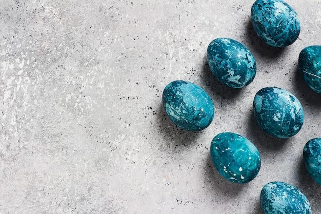 Met de hand gemaakte paaseieren dienen blauw in Gratis Foto